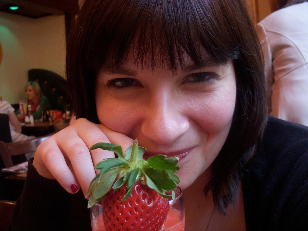 Lis with a strawberry daiquiri as per